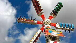 Pies por los aires ayer durante una de las últimas vueltas de la mega atracción 'Extreme' a su paso por la Feria del Caballo.  Foto: Pascual