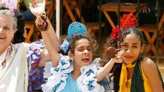 Unas mujeres, de tres edades diferentes, apuran el último día de Feria.  Foto: Pascual