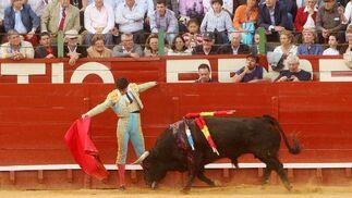 Uno de los clásicos del repertorio de Jesulín, en su inicio de faena ante el segundo toro de su lote.  Foto: Juan Carlos Toro