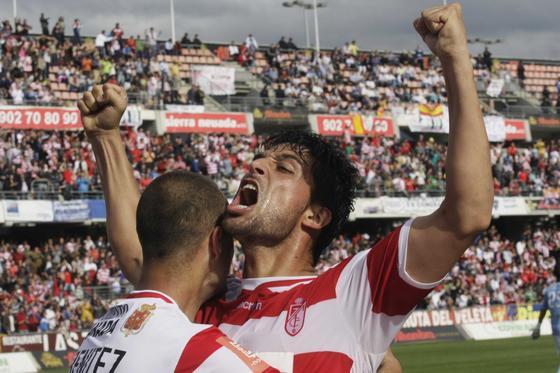 Benítez y Tariq, autores de los dos goles, estallan de alegría tras el 1-0. / Foto: Miguel Rodríguez