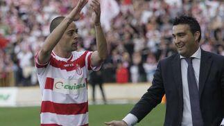 Benítez, autor del segundo gol, se despide del campo ante la ovación de la afición rojiblanca. / Foto: Miguel Rodríguez