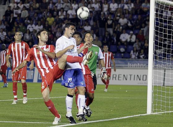 Los defensas visitantes Cisma y Acasiete pugnan por un balón junto a la línea de fondo con el local Alfaro.   Foto: EFE