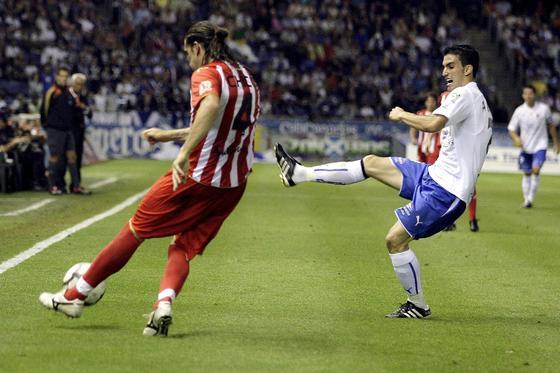 El lateral Cisma intenta despejar un balón ante la presión de Alfaro.   Foto: EFE