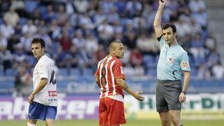 Crusat es amonestado por el colegiado Pérez Lasa.   Foto: EFE