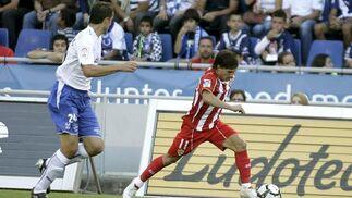 Culebras persigue a Piatti en su carrera por la banda izquierda.   Foto: EFE