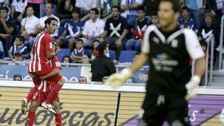 Domingo Cisma celebra con Piatti el primer gol conseguido por el conjunto almeriense en su visita al Heliodoro Rodríguez López.  Foto: EFE