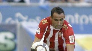 Juanma Ortiz disputa un balón desde el suelo con el centrocampista local Ayoze.   Foto: EFE