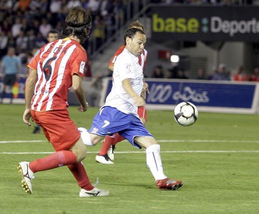 El delantero Nino golpea el balón desde dentro del área ante la mirada de Domingo Cisma.   Foto: EFE