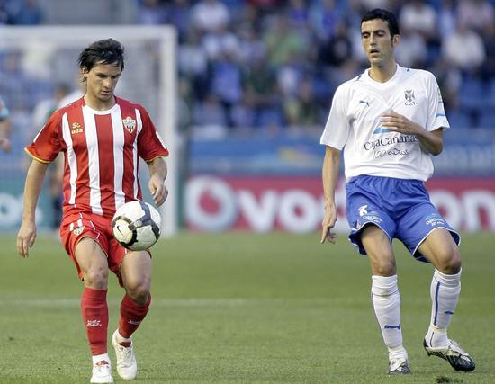 Ricardo persigue al delantero argentino del Almería Pablo Piatti.   Foto: EFE