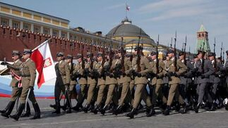 Soldados norteamericanos, franceses, británicos y polacos participaron en el mayor desfile militar organizado en Rusia desde el fin de la Unión Soviética. / Reportaje gráfico: EFE