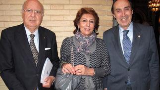 El escritor y periodista Nicolás Salas, Rosario Oliveros y Carlos Javier González-Vilardell, presidente del Colegio de Médicos de Sevilla.  Foto: Victoria Ramírez