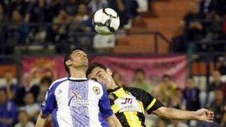 Carpintero y Danciulescu saltan en pos de un balón aéreo. / LOF