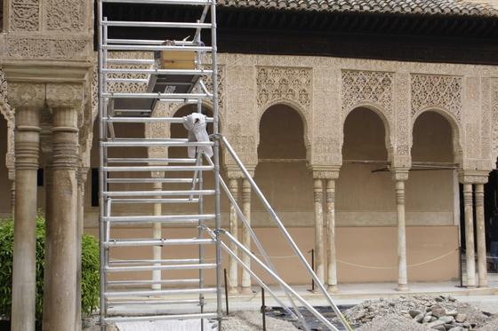 Las obras han supuesto la apertura de zanjas y la presencia de andamios junto a las columnas del recinto. / Reportaje gráfico: Miguel Rodríguez