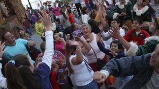 Pequeños y mayores buscan cazar caramelos al vuelo durante la cabalgata inaugural de la feria./Fotos:Vanessa Pérez  Foto: Vanessa Perez