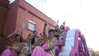 Las damas de la corte juvenil desfilaron en una carroza y repartieron caramelos entre los vecinos./Fotos:Vanessa Pérez  Foto: Vanessa Perez