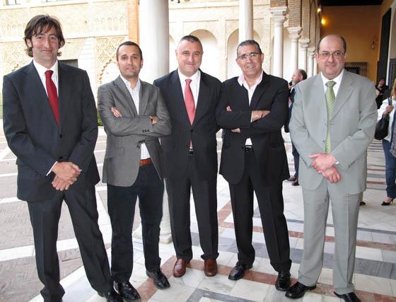 Rafael Oliver, David González, Juan José García y Juan Carlos García, de Viajes Iberia Congresos, con José Luis Alcaraz, de Iberia Líneas Aéreas.  Foto: Victoria Ramírez