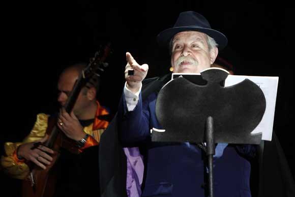 Julio Pardo ofrece un pregón, dedicado al mundo del coro y del tango, con el que se abre una semana de diversión en la ciudad./Fotos:Jesús Marín/Julio González  Foto: Jesus Marin/Julio Gonzalez