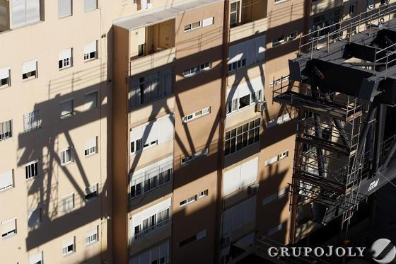 Comienzan los trabajos para la colocación de la visera de la tribuna del Carranza.   Foto: Jose Braza
