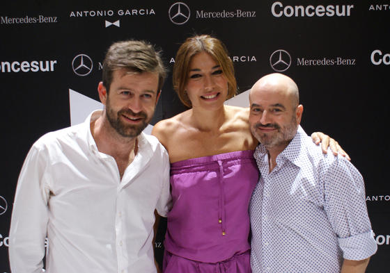 Los diseñadores Antonio y Fernando García con Raquel Revuelta.  Foto: Alejandro Bautista