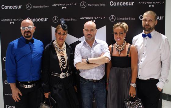 El diseñador Antonio García con algunos invitados a la presentación de su nueva colección.   Foto: Alejandro Bautista