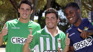 Los tres nuevos refuerzos del Betis, Juan Carlos, el portugués Agra y el costarricense Campbell.  Foto: Manuel Gomez