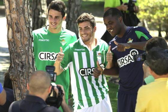 Los tres nuevos futbolistas del Real Betis posan juntos ante las cámaras.  Foto: Manuel Gomez