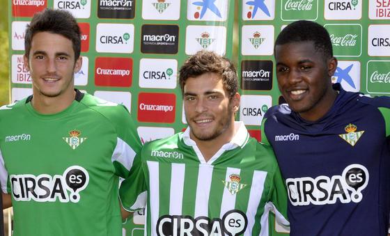 Los tres futbolistas en su presentación oficial como nuevos jugadores del conjunto verdiblanco.  Foto: Manuel Gomez