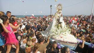 Flores para la Señora del Carmen.  Foto: Joaquín Quiñones