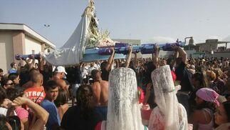Imagen del momento en el que alzan a la virgen del Carmen, La Línea.  Foto: Joaquín Quiñones