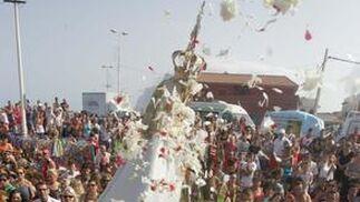 Ofrenda de flores y pétalos a la virgen del Carmen de la La Línea.  Foto: Joaquín Quiñones