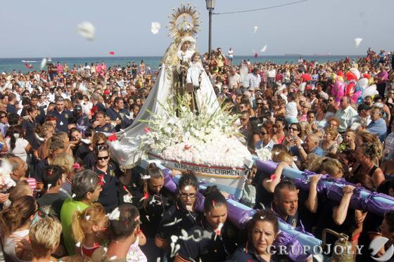 Ofrendas a la virgen del Carmen en la Línea.  Foto: Joaquín Quiñones