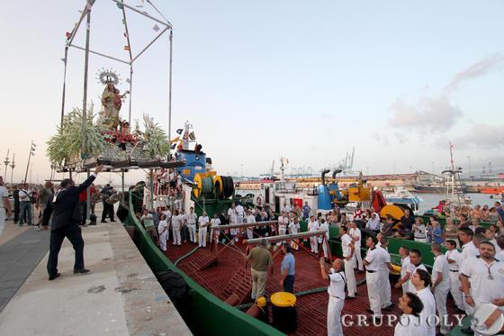 Traslado de la virgen a la embarcación en Algeciras.  Foto: Fran Montes.