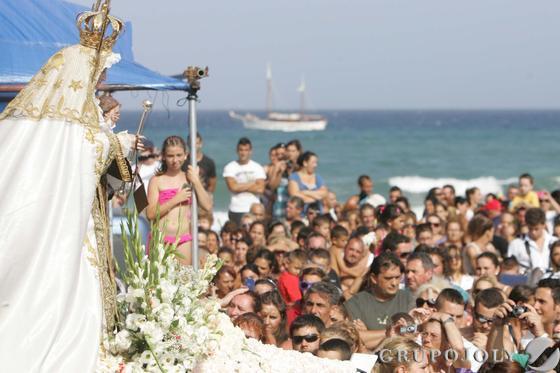 Virgen del Carmen ante la expectación en la La Línea.  Foto: Joaquín Quiñones