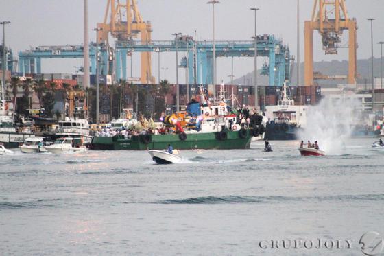 Vista de los barcos acudiendo a ver a la virgen del Carmen en Algeciras.  Foto: Fran Montes.