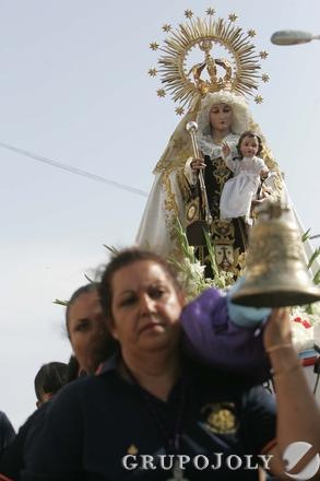Vista de la virgen del Carmen y dos de sus cargadoras, La Línea.  Foto: Joaquín Quiñones