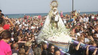 La patrona de los marineros rodeada de seguidores en La Línea.  Foto: Joaquín Quiñones
