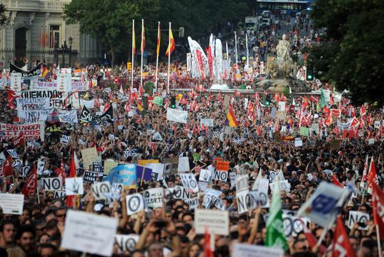 La manifestación de Madrid a su paso por Cibeles.   Foto: EFE · Reuters · AFP