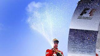 Alonso descorcha el champagne. / Reuters