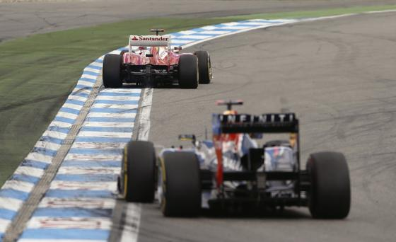 Vettel sigue de cerca al piloto asturiano. / Reuters