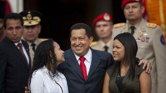 Hugo Chávez junto a sus dos hijas.  Foto: Efe/AFP/Reuters