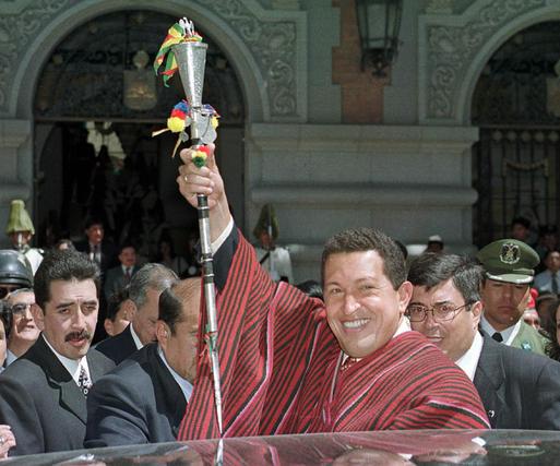 Chavez en su visita en 2000 a Bolivia, vestido con las ropas típicas.  Foto: Reuters