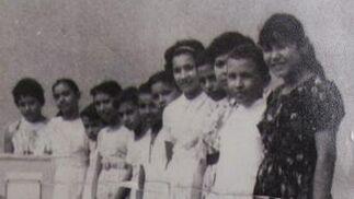 Una de las primeras imágenes que se tiene de Chávez. El fallecido presidente es el segundo a la derecha.  Foto: Reuters