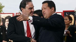 Chávez junto al director de cine simpatizante Oliver Stone.  Foto: Reuters