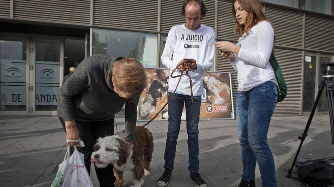 Miembros de la protectora El Refugio con uno de los perros rescatados de la perrera  de Puerto  Real.