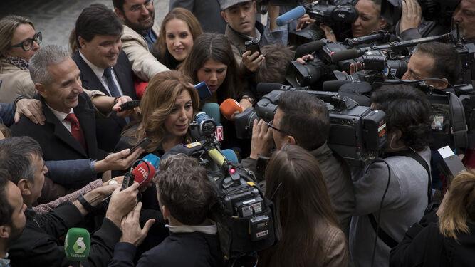 Susana Díaz, ayer en Sevilla rodeada de periodistas.