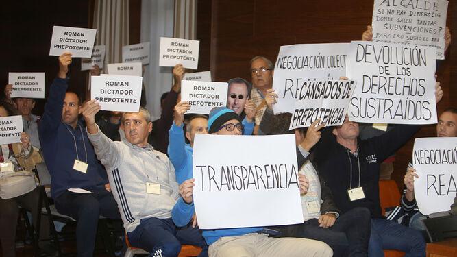 Resultado de imagen de fotos pancartas Pleno de Oviedo ayer