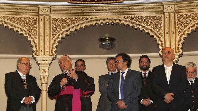 El presidente del Consejo, junto al obispo en el Falla el día del pregón.
