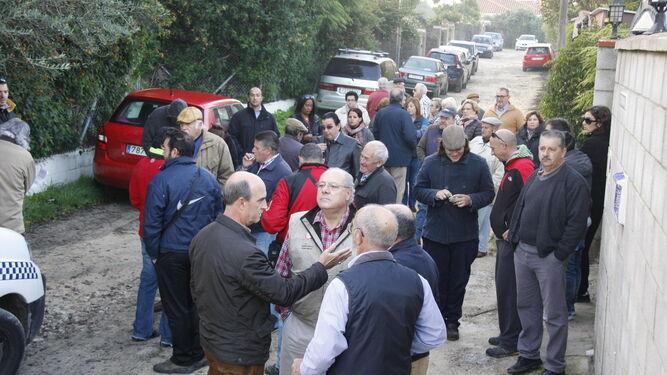 La concentración de vecinos e integrantes de colectivos motivó que la dirección de obras decidiera no meter las máquinas para evitar posibles daños a las personas.