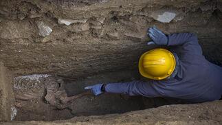 Un voluntario señala uno de los cuerpos hallados en el sondeo número 5 del cementerio , donde se buscan los restos de los represaliados del franquismo.