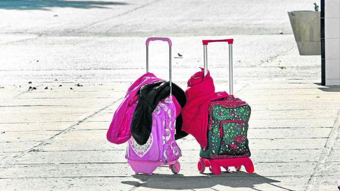 Dos maletas sin sus respectivos dueños simbolizan la constante marcha de gaditanos de la ciudad.